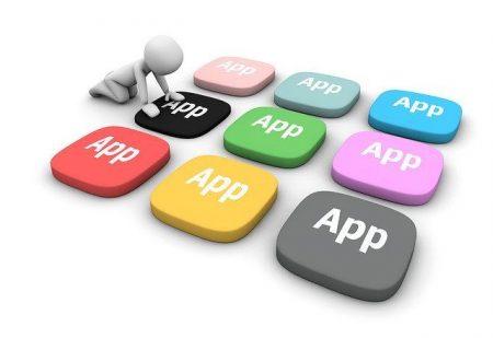 czlowiek wybierajacy aplikacje